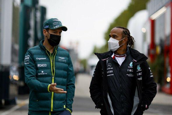 Sebastian Vettel und Lewis Hamilton im Fahrerlager von Imola - Foto: LAT Images