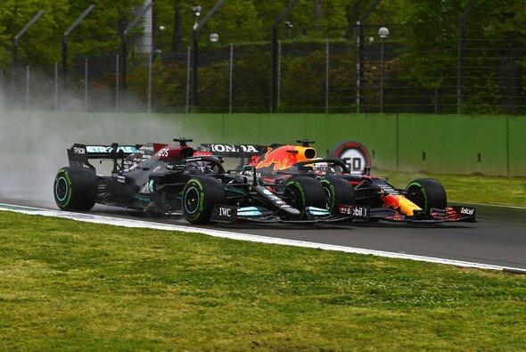 Lewis Hamilton und Max Verstappen lieferten sich in Imola vor allem zu Beginn ein packendes Duell - Foto: LAT Images