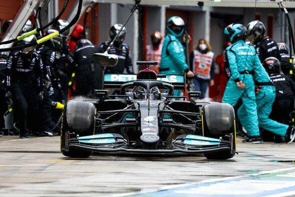 Lewis Hamilton beim Boxenstopp in Imola - Foto: LAT Images