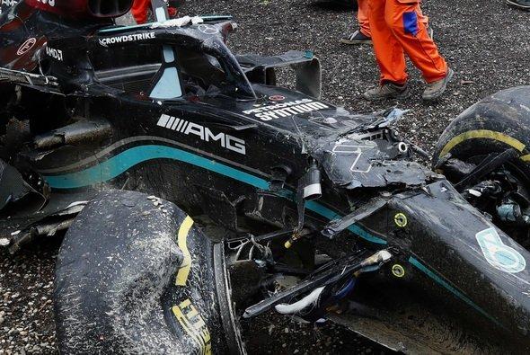 Der Mercedes von Valtteri Bottas hat nach dem Unfall nur noch Schrottwert - Foto: LAT Images