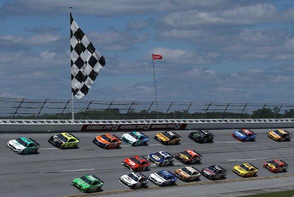 Brad Keselowski (#2) gewinnt das 10. Rennen der Regular Season auf dem Talladega Superspeedway - Foto: NASCAR