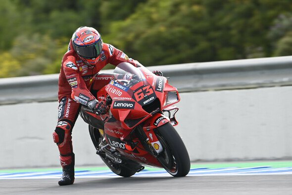 Francesco Bagnaia pilotiert seine Ducati am Freitag auf P1. - Foto: LAT Images