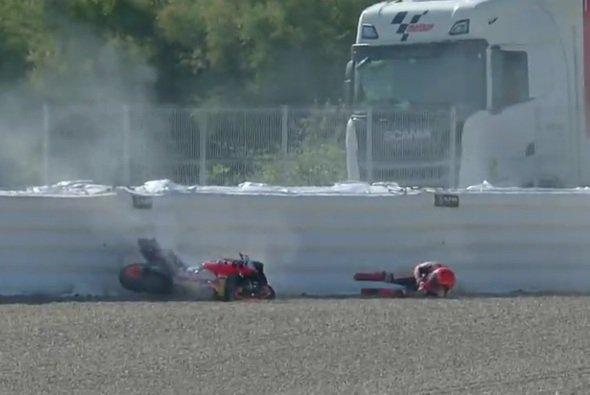 Marc Marquez wurde bis zum Airfence geschleudert - Foto: Screenshot/MotoGP