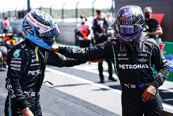 Formel-1-Weltmeister Lewis Hamilton blieb nach dem Qualifying in Portugal nur die Gratulation an Valtteri Bottas - Foto: LAT Images