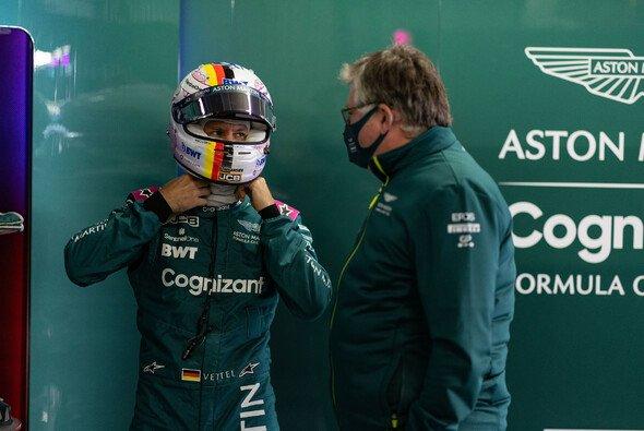 Sebastian Vettel mit Aston Martins Teamchef Otmar Szafnauer - Foto: LAT Images