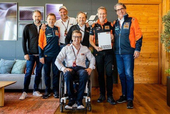 Die Spitzen von KTM und Tech3 bei der Vertragsunterzeichnung - Foto: KTM