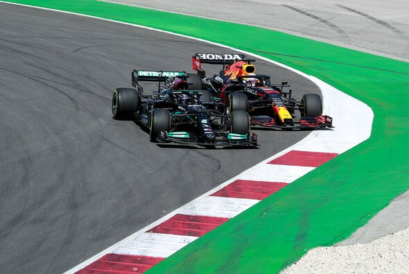 Lewis Hamilton und Max Verstappen kamen sich 2021 schon öfters nahe - Foto: LAT Images