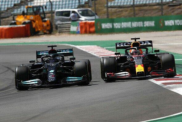 Lewis Hamilton konnte nach seinem Fehler beim Restart wieder an Max Verstappen vorbeigehen - Foto: LAT Images