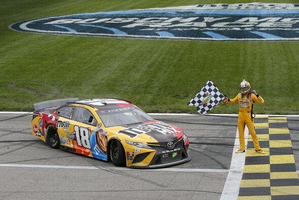 Kyle Busch gewinnt das 11. Rennen der Regular Season auf dem Kansas Speedway - Foto: LAT Images