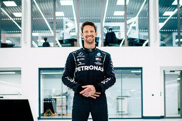 Romain Grosjean checkt sein Mercedes Formel 1 Cockpit aus - Foto: Mercedes-AMG F1