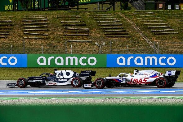 Allzu oft sind sich Schumacher und Tsunoda noch nicht auf der Strecke begegnet - Foto: LAT Images