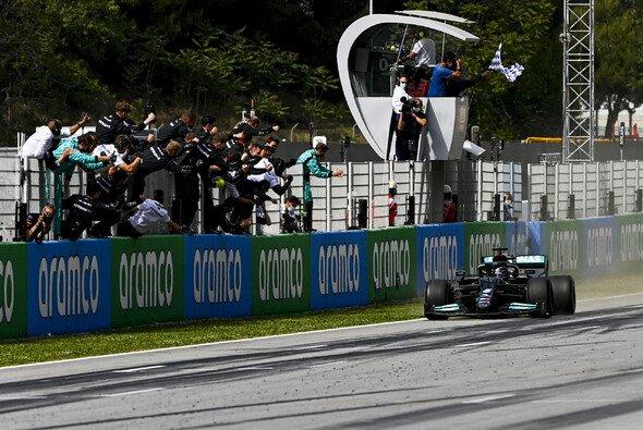Lewis Hamilton gewann heute in Barcelona einen Strategie-Krimi - Foto: LAT Images