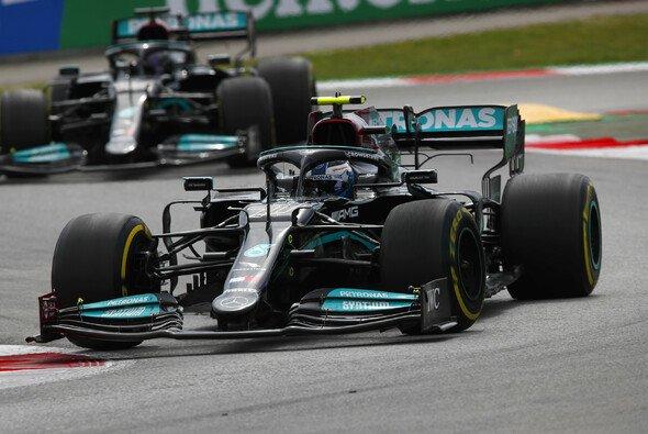 Valtteri Bottas ließ Lewis Hamilton nicht ganz bereitwillig passieren - Foto: LAT Images
