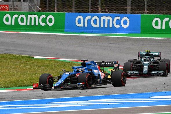 Alonso lieferte sich ein rundenlanges Duell mit Sebastian Vettel - Foto: LAT Images