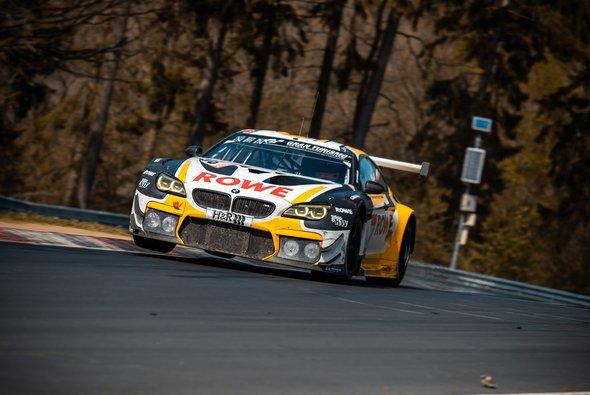 Der BMW M6 GT3 mit der Startnummer #98 von ROWE Racing durfte seinen achten Platz aus dem Qualifikationsrennen nicht behalten - Foto: Felix Maurer