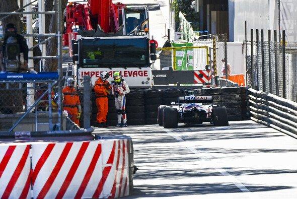 Mick Schumacher neben seinem verunfallten Haas VF-21. - Foto: LAT Images