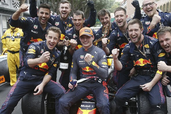Max Verstappen feiert nach dem Sieg in Monaco mit seinem Team - Foto: LAT Images