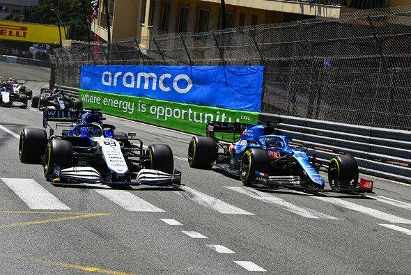 George Russell und Fernando Alonso kämpften in Monaco zeitweise direkt miteinander - Foto: LAT Images