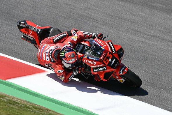 Francesco Bagnaia ist erneut der Schnellste am Freitag. - Foto: LAT Images