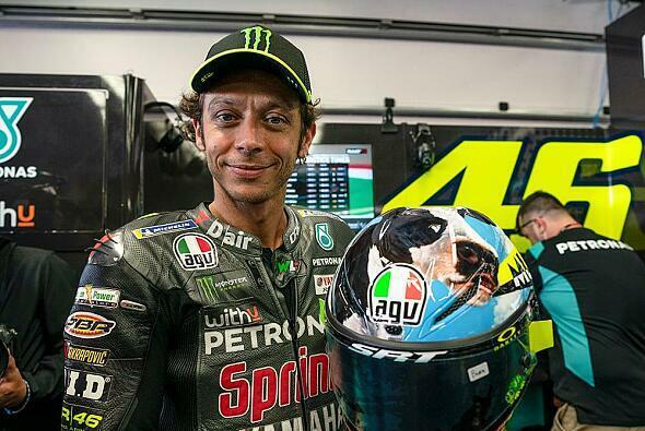 Valentino Rossi präsentiert stolz sein neues Helm-Design - Foto: AGV