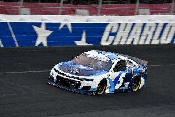Kyle Larson gewann das 15. Rennen der Regular Season auf dem Charlotte Motor Speedway - Foto: LAT Images