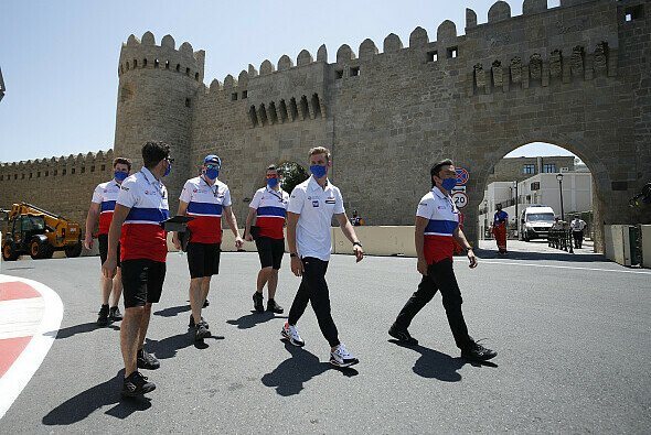 Mick Schumacher heute beim Track Walk in Baku - Foto: LAT Images