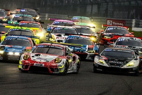 Das 24h-Rennen Nürburgring 2021 muss zwischenzeitlich unterbrochen werden - Foto: Porsche AG