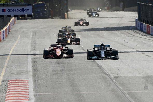 Charles Leclerc musste sich in Baku schon nach zwei Runden Lewis Hamilton geschlagen geben - Foto: LAT Images