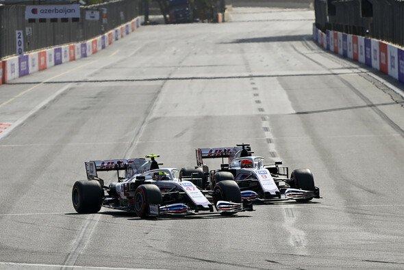 Nikita Mazepin und Mick Schumacher kamen sich in Baku gefährlich nahe - Foto: LAT Images
