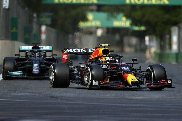 Sergio Perez treibt sich durch neue Duelle mit Lewis Hamilton zu neuen Höhen - Foto: LAT Images