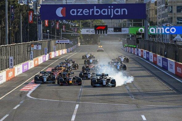 Red Bull musste beim Restart zittern, wurde aber mit dem Hamilton-Fehler belohnt - Foto: LAT Images
