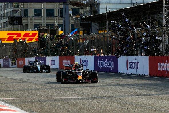 Sergio Perez stellte seinen Red Bull wenige Meter nach der Zielflagge ab - Foto: LAT Images