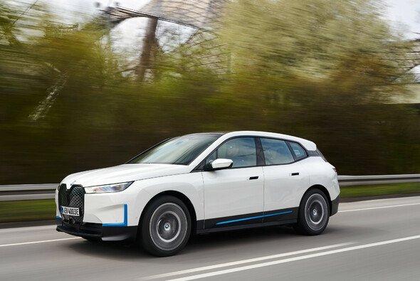 BMW wird den iX in zwei Varianten auf den Markt bringen - Foto: BMW