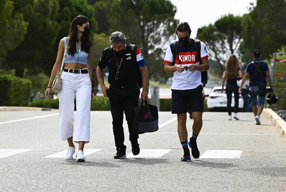 Fernando Alonso kommt heute vor der Pressekonferenz in Frankreich an - Foto: LAT Images
