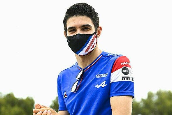 Nur die Maske verbirgt in Frankreich das Dauergrinsen im Gesicht Esteban Ocons - Foto: LAT Images