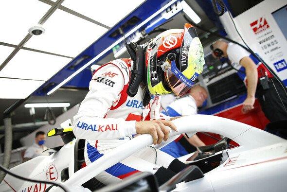 Formel-1-Rookie Mick Schumacher sitzt in seinem Haas 2021 noch nicht perfekt - Foto: LAT Images