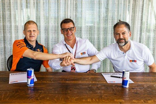 Aki Ajo, Pit Beirer und Jens Hainbach bei der Vertragsunterzeichnung - Foto: KTM