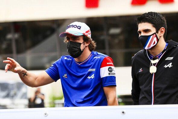Fernando Alonso ließ Esteban Ocon beim F1-Rennen in Frankreich keine Chance. - Foto: LAT Images