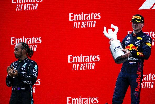 Max Verstappen musste Lewis Hamilton beim Formel-1-Rennen in Frankreich zwei Mal überholen - Foto: LAT Images