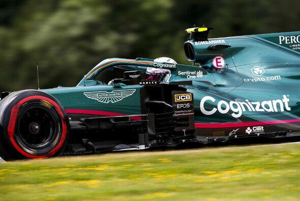 Aston Martin tritt 2021 in der Formel 1 im traditionellen Grün mit Akzenten in Pink an - Foto: LAT Images
