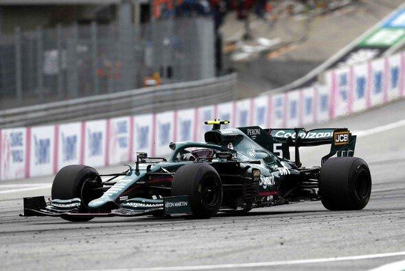 Sebastian Vettel mit den unmarkierten Pirelli-Prototypen - Foto: LAT Images