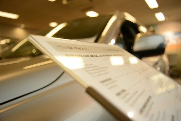 Die Verbraucher haben die Qual der Wahl, ob sie ein Auto online oder bei einem Händler kaufen - Foto: