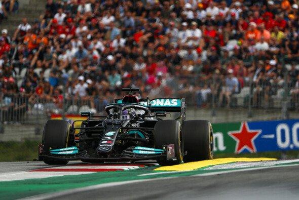 Lewis Hamilton beendete den Österreich GP aufgrund einer Beschädigung auf Platz vier liegend - Foto: LAT Images