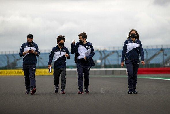 Tsunoda beim Track Walk: Kein gutes Wetter heute in Silverstone - Foto: LAT Images