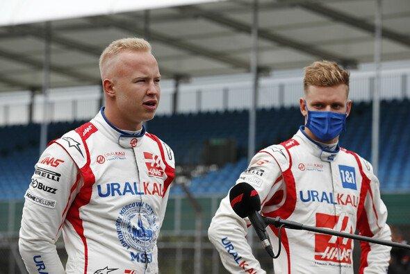 Mick Schumacher und Nikita Mazepin: Unterschiedlicher könnten die Haas-Teamkollegen nicht sein - Foto: LAT Images