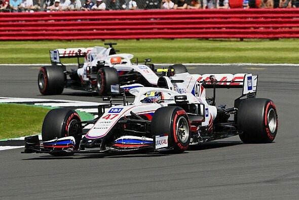 Die Haas-Piloten Mick Schumacher und Nikita Mazepin starten im Formel-1-Sprint am Samstag von ganz hinten - Foto: LAT Images