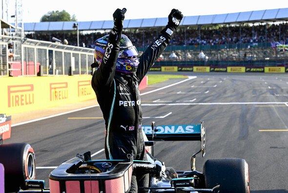 Lewis Hamilton ließ sich von den britischen Fans gebührend feiern - Foto: LAT Images