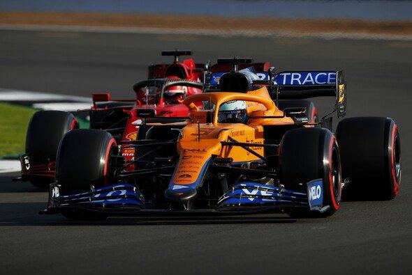 Ferrari lauert gleich hinter McLaren - nicht nur wie hier Carlos Sainz hinter Daniel Ricciardo in Silverstone - Foto: LAT Images