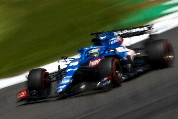 Alonso wehrte sich beim Sprint in Silverstone mit einer aggressiven Fahrweise - Foto: LAT Images