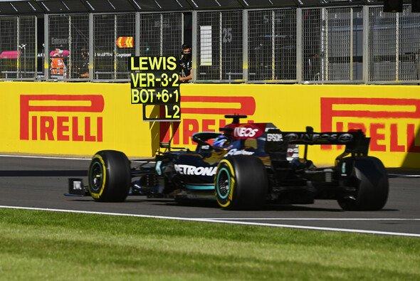 Mercedes-Pilot Lewis Hamilton startet beim Formel-1-Rennen in Silverstone hinter Rivale Max Verstappen - Foto: LAT Images